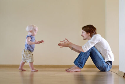 ¿Se les enseña a caminar a los niños?