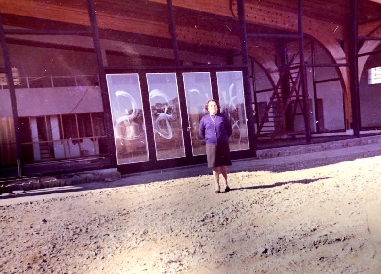 Abuela de José Luis Schiaratura, titular de Bari, frente a la entonces sede del concesionario (1969)