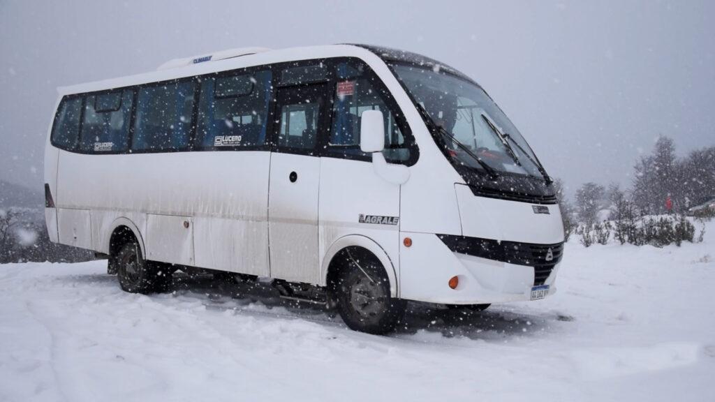 En la nieve el bus 4x4 de Infodeushuaia